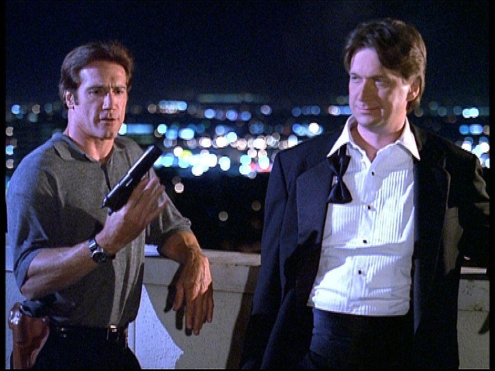 Steve (Barry Van Dyke, l.) kann gerade noch verhindern, dass sein alter Kumpel Chuck (Don McManus, r.) den Gangsterboss Tommy erschießt. - Bildquelle: Viacom