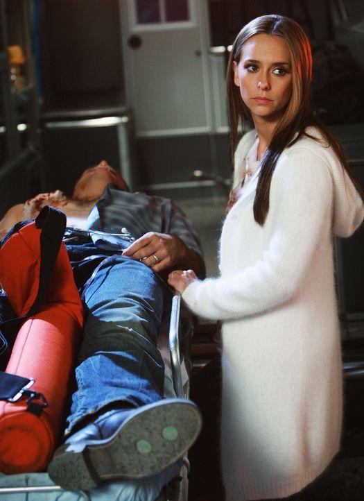 Bei einem tragischen Unglück wird Jim (David Conrad, l.) angeschossen. Melinda (Jennifer Love Hewitt, r.) steht ihm bei ... - Bildquelle: ABC Studios