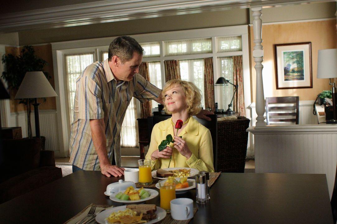 Noch glaubt Beth (Emily Bergl, r.) einen liebenswürdigen Ehemann (Mark Moses, l.) zu haben. Doch das wird sich schon bald ändern ... - Bildquelle: ABC Studios