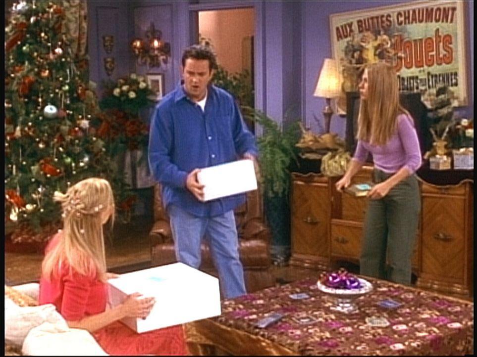 Chandler (Matthew Perry, M.), Rachel (Jennifer Aniston, r.) und Phoebe (Lisa Kudrow, l.) suchen Monicas Weihnachtsgeschenke. - Bildquelle: TM+  2000 WARNER BROS.