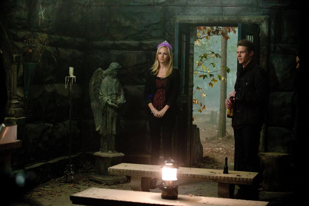 Caroline (Candice Accola, l.) hat Geburtstag, doch sie beschließt, zusammen mit Matt (Zach Roerig, r.), Bonnie und Elena lieber die Beerdigung der a... - Bildquelle: Warner Brothers