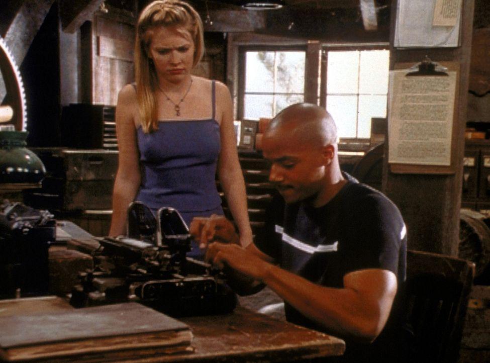 """Sabrina (Melissa Joan Hart, l.) muss ihren Sozialdienst in der """"Gerüchteküche"""" des anderen Reichs abschließen. Dort lernt sie Dashiell (Donald Fa... - Bildquelle: Paramount Pictures"""