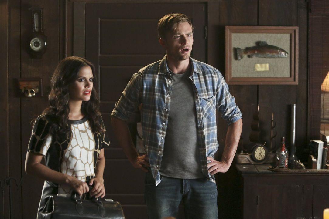 Während Wade (Wilson Bethel, r.) und Zoe (Rachel Bilson, l.) dabei sind, ihren derzeitigen Beziehungsstatus zu erforschen, müssen sich George und La... - Bildquelle: 2014 Warner Brothers