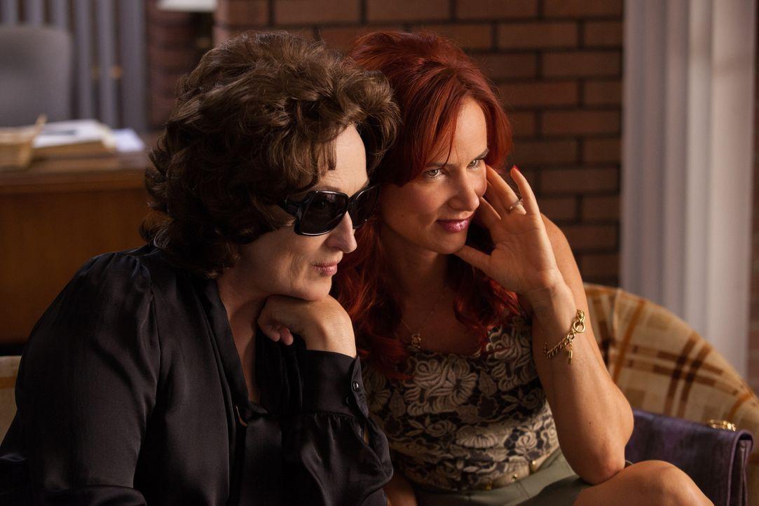Obwohl Violet (Meryl Streep, l.) ihre Tochter Karen (Juliette Lewis, r.) gerne mal für dumm erklärt, wünscht sich die tablettenabhängige Mutter eige... - Bildquelle: Claire Folger TOBIS FILM