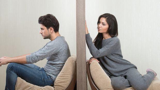 Frau und mann durch eine Wand getrennt
