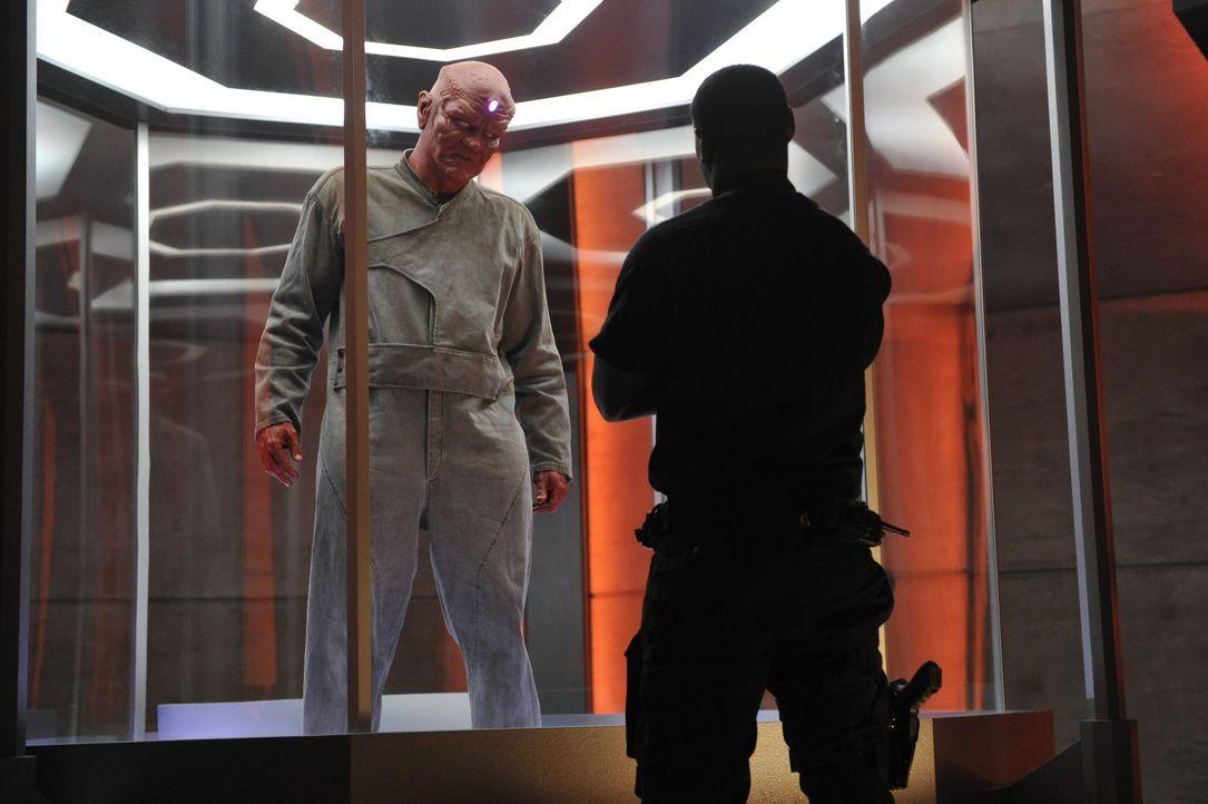 Nach einem Erdbeben kann der von Hank Henshaw (David Harewood, r.) gefangengehaltene unbarmherzige Alien Jemm (Charles Halford, r.) aus seiner Zelle... - Bildquelle: 2015 Warner Bros. Entertainment, Inc.