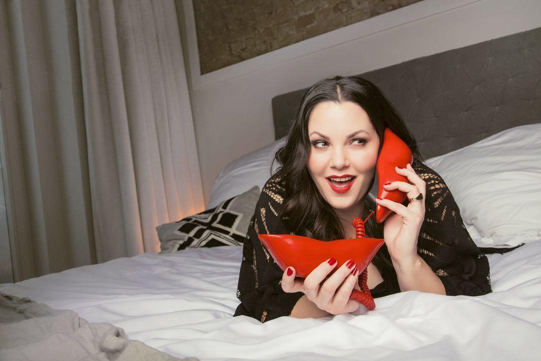 """In ihrer Call-In-Show """"Paula kommt ... am Telefon"""" beantwortet Sex-Expertin Paula Lambert (Bild) live die Fragen ihrer Anrufer ... - Bildquelle: Jens Koch sixx / Jens Koch"""