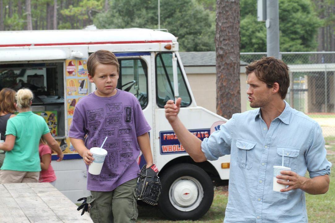 Nachdem seine Tante angeschossen wurde, versucht Julian (Austin Nichols, r.), James (Jackson Brundage, l.) so gut es geht abzulenken und immer zu be... - Bildquelle: Warner Bros. Pictures