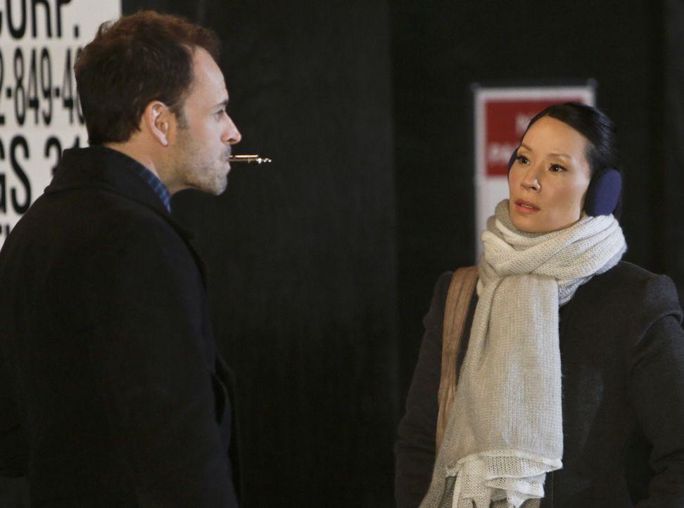 Gemeinsam ermitteln sie in einem neuen Fall: Sherlock (Jonny Lee Miller, l.) und Watson (Lucy Liu, r.) ... - Bildquelle: CBS Television