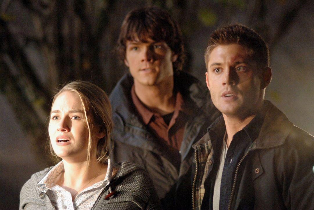 Wollen die Vogelscheuche vernichten: Sam (Jared Padalecki, M.), Dean (Jensen Ackles, r.) und Emily (Tania Saulnier, l.) ... - Bildquelle: Warner Bros. Television
