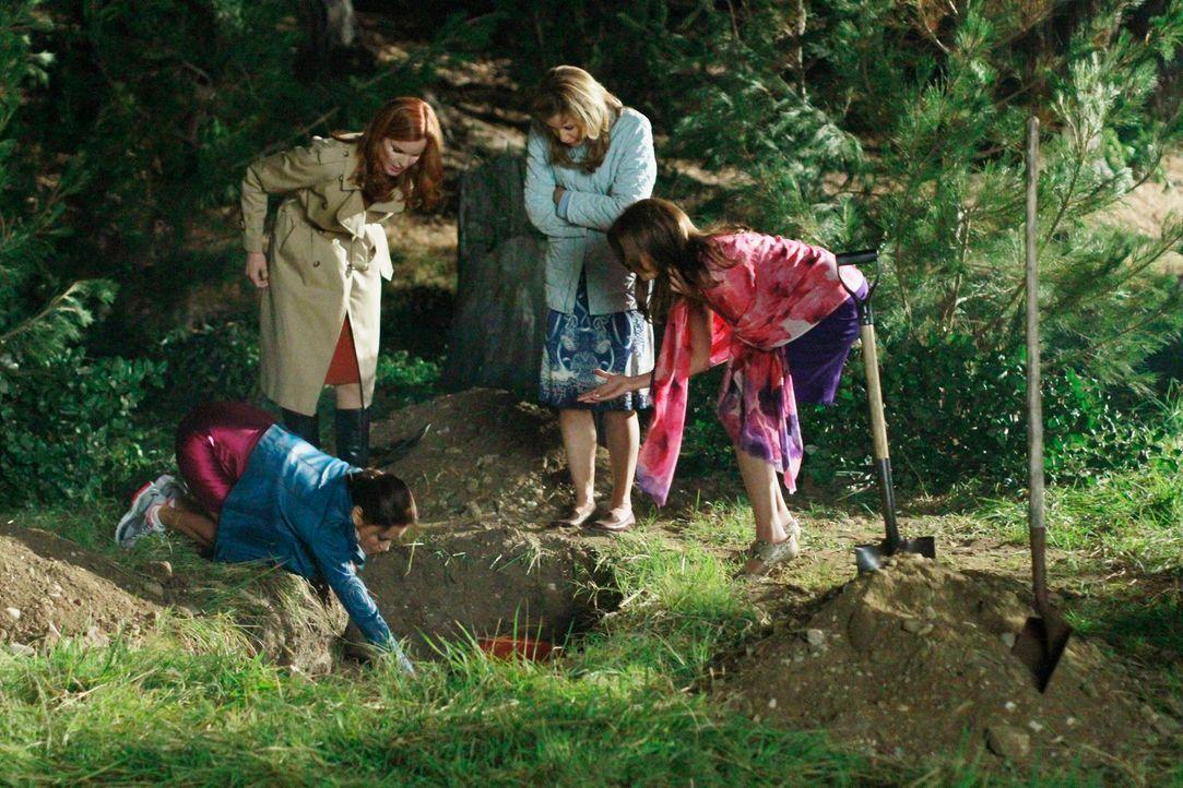 Müssen schnellstmöglich die Leiche von Alejandro entsorgen: Lynette (Felicity Huffman, 2.v.r.), Bree (Marcia Cross, 2.v.l.), Gabrielle (Eva Longoria... - Bildquelle: Touchstone Pictures