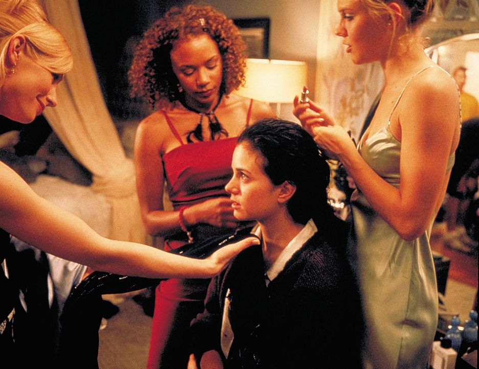 Überglücklich, zu einer von Hadleys (Meredith Monroe, l.) legendären Partys eingeladen worden zu sein, lässt sich die nichts ahnende Alicia (Mia... - Bildquelle: 2003 Sony Pictures Television International. All Rights Reserved.
