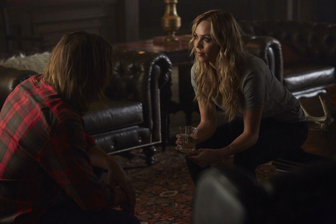 Wie wird Clay (Greyston Holt, l.) reagieren, wenn Elena (Laura Vandervoort, r.) ihm von ihrer Begegnung mit ihrer angeblichen Familie erzählt? - Bildquelle: 2016 She-Wolf Season 3 Productions Inc.