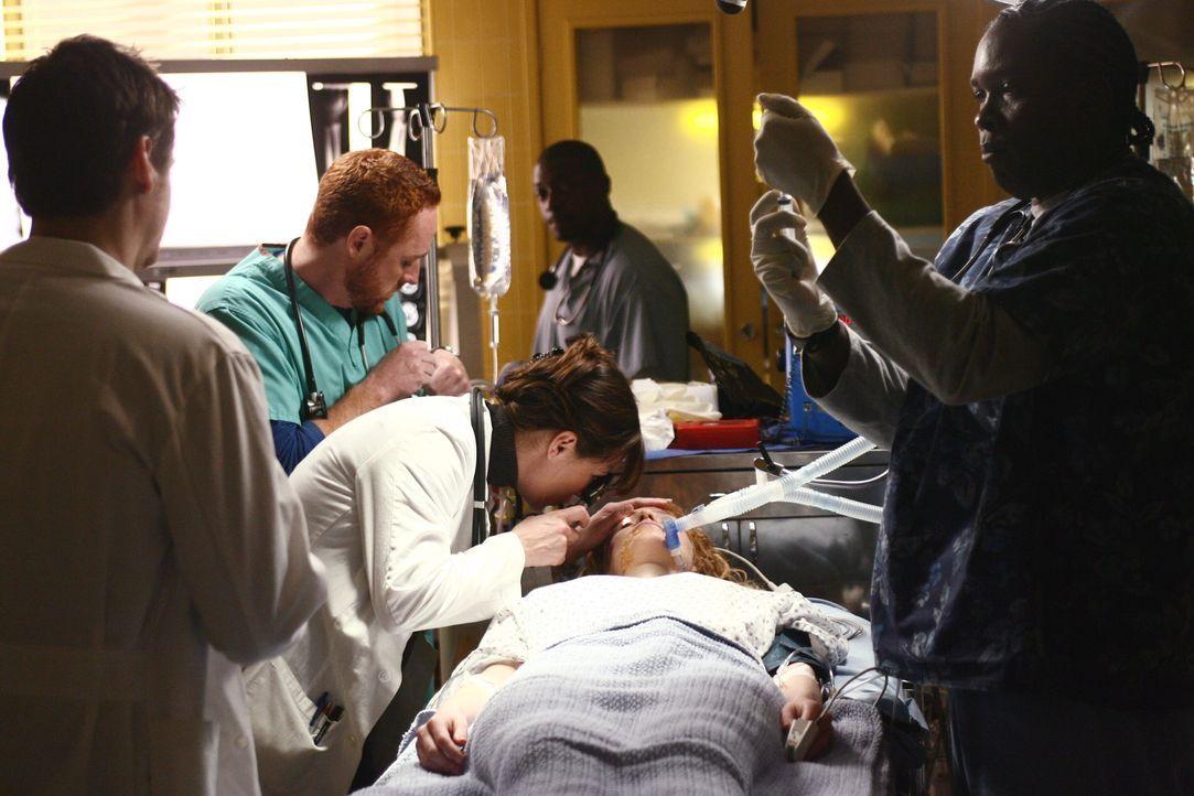 Abby (Maura Tierney, 3.v.l.) und Morris (Scott Grimes, 2.v.l.) behandeln ein junges Mädchen, dass in einen Autounfall verwickelt war ... - Bildquelle: Warner Bros. Television