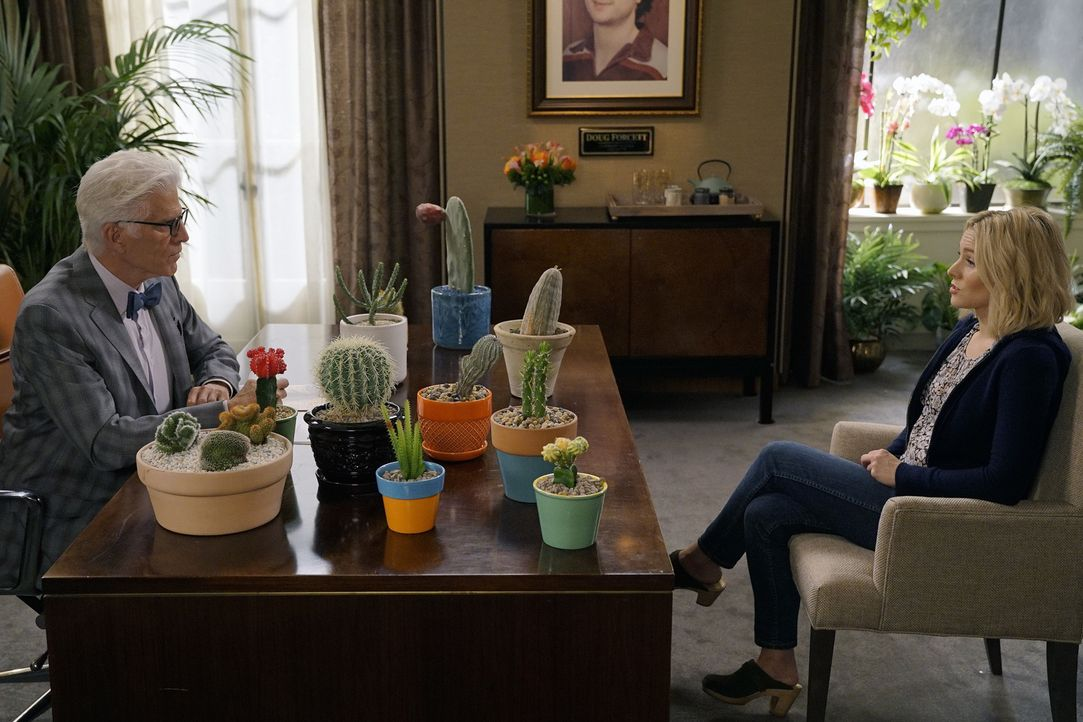 Als Michael (Ted Danson, l.) Eleanor (Kristen Bell, r.) zu sich einlädt, ahnt sie nicht, dass sie einem Test unterzogen wird ... - Bildquelle: Chris Haston 2016 Universal Television LLC. ALL RIGHTS RESERVED.