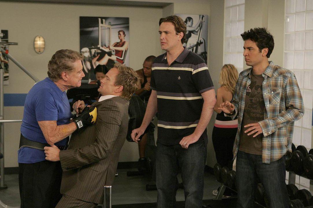 Eigentlich wollten Ted (Josh Radnor, r.), Marshall (Jason Segel, 2.v.r.) und Barney (Neil Patrick Harris, 2.v.l.) Hilfe von Regis Philbin (Regis Phi... - Bildquelle: 20th Century Fox International Television