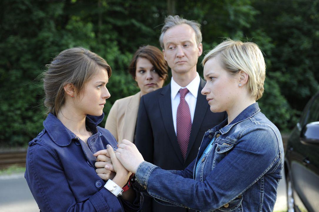 Emma (Kasia Borek, r.) verspricht Jenny (Lucy Scherer, l.), ihre Unschuld zu beweisen, während sie resigniert und sich freiwillig in die Hände ihr... - Bildquelle: SAT.1