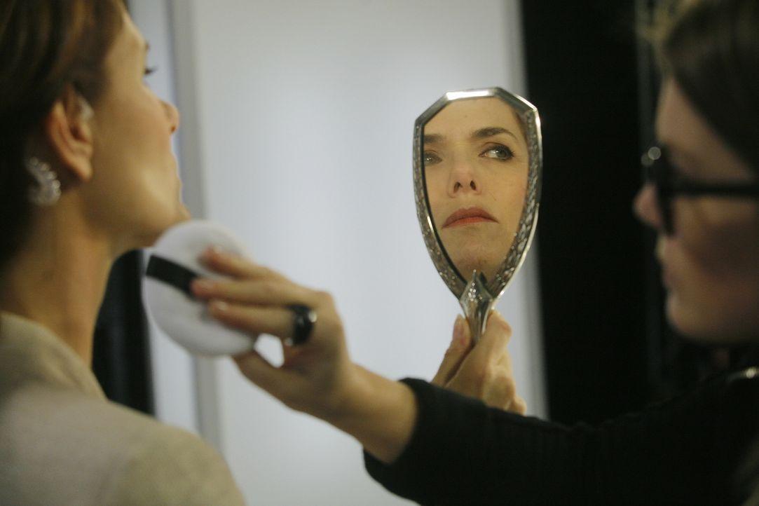 Ihr Aussehen ist der Moderatorin Estelle Pellerin (Patricia Thibault) besonders wichtig, doch wie weit wird sie für einen jüngeren Teint gehen? - Bildquelle: 2014 BEAUBOURG AUDIOVISUEL