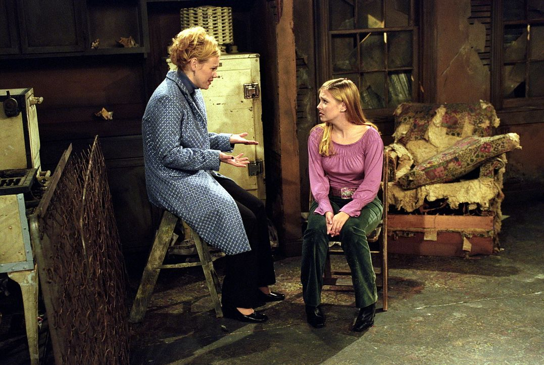 Sabrina (Melissa Joan Hart, r.) ist depremiert, weil es mit ihrer Karriere nicht vorwärts geht. Deshalb holt sie sich Rat bei ihrer Tante Hilda (Be... - Bildquelle: Paramount Pictures