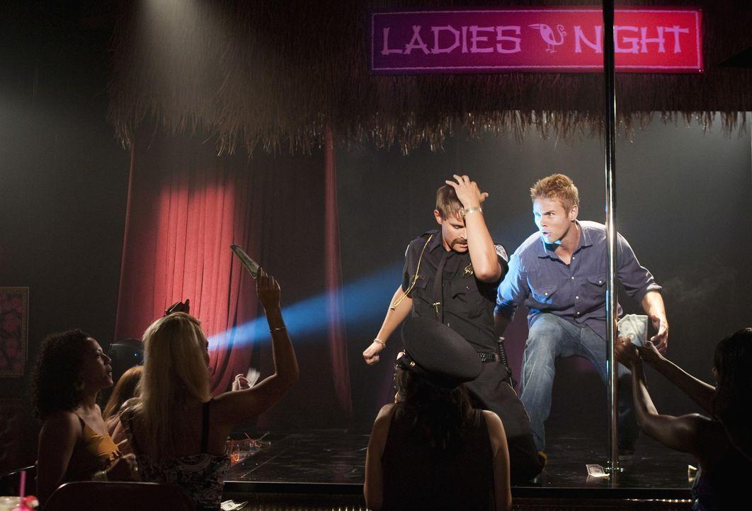 Heath (Zack Lively, l.) begeistert die Damen mit einem Striptease als plötzlich Beaver (Aaron Hill, r.) auf der Bühne auftaucht ... - Bildquelle: 2010 Disney Enterprises, Inc. All rights reserved.