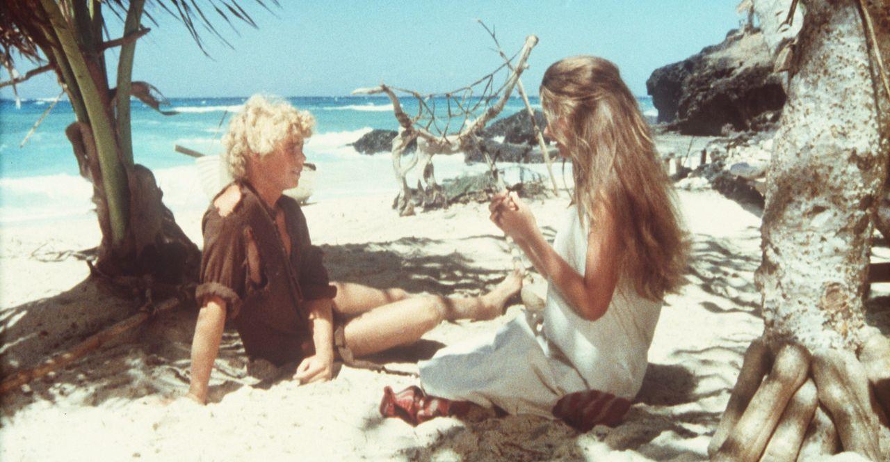 Inzwischen herangewachsen haben sich Richard (Christopher Atkins, l.) und Emmeline (Brooke Shields, r.) auf der Insel häuslich eingerichtet ... - Bildquelle: Columbia Pictures