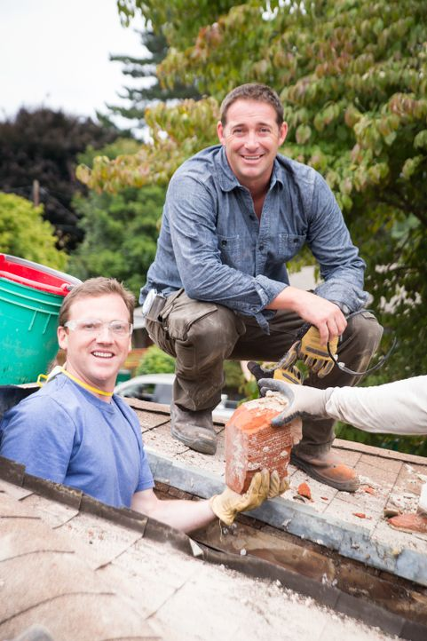 Der gemeinsame Hausbau bereitet Josh (r.) und Grant (l.), dem Hauseigentümer, sichtlich Spaß. Dabei helfen alle zusammen und bewältigen dadurch erfo... - Bildquelle: Fritz Liedtke 2013, HGTV/ Scripps Networks, LLC. All Rights Reserved.