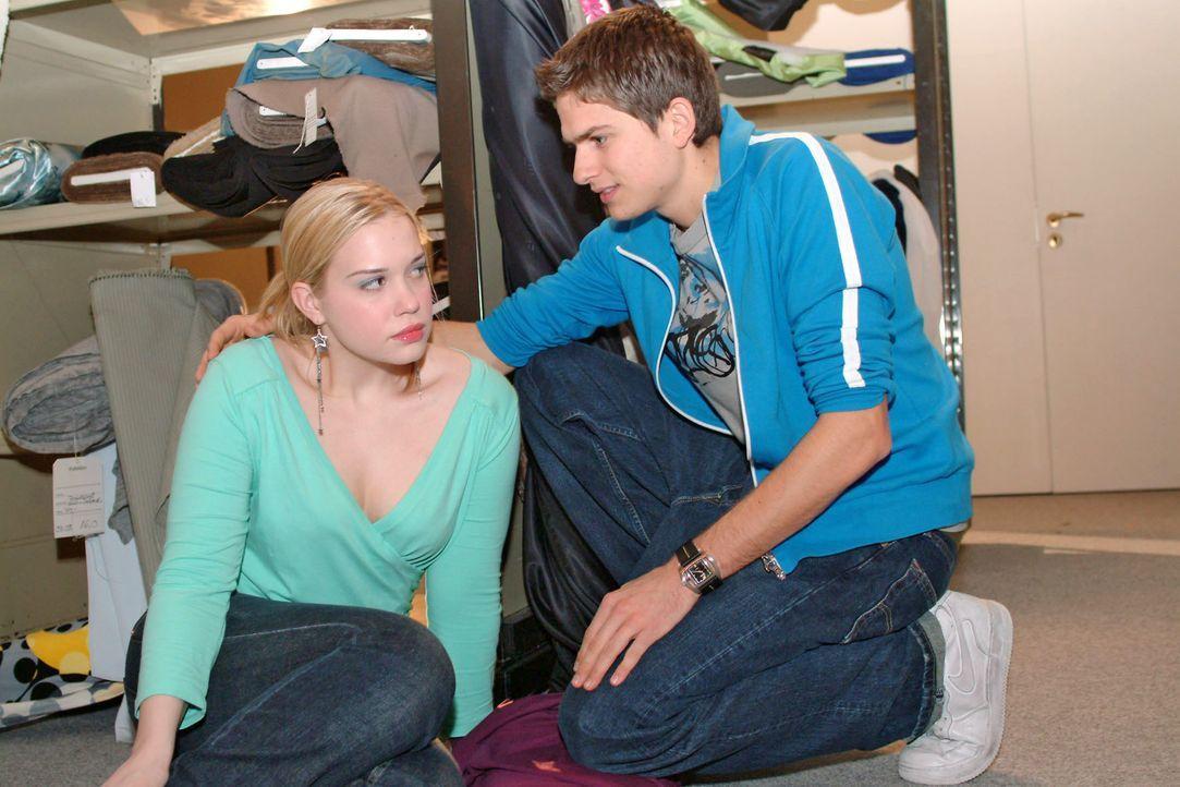 Timo (Matthias Dietrich, r.) findet plötzlich Gefallen an Kim (Lara-Isabelle Rentinck, l.) ... - Bildquelle: Noreen Flynn SAT.1 / Noreen Flynn