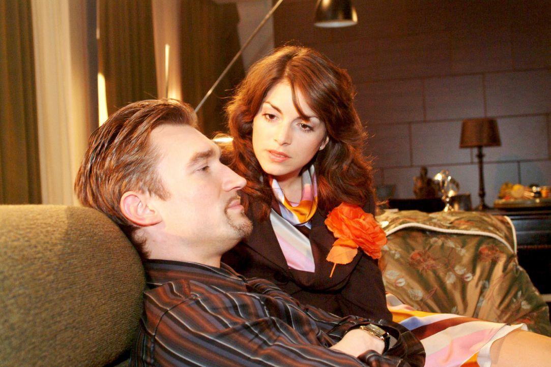 Mariella (Bianca Hein, r.) redet sanft auf Richard (Karim Köster, l.) ein und bittet ihn, wenigstens mit David zu reden. - Bildquelle: Monika Schürle Sat.1