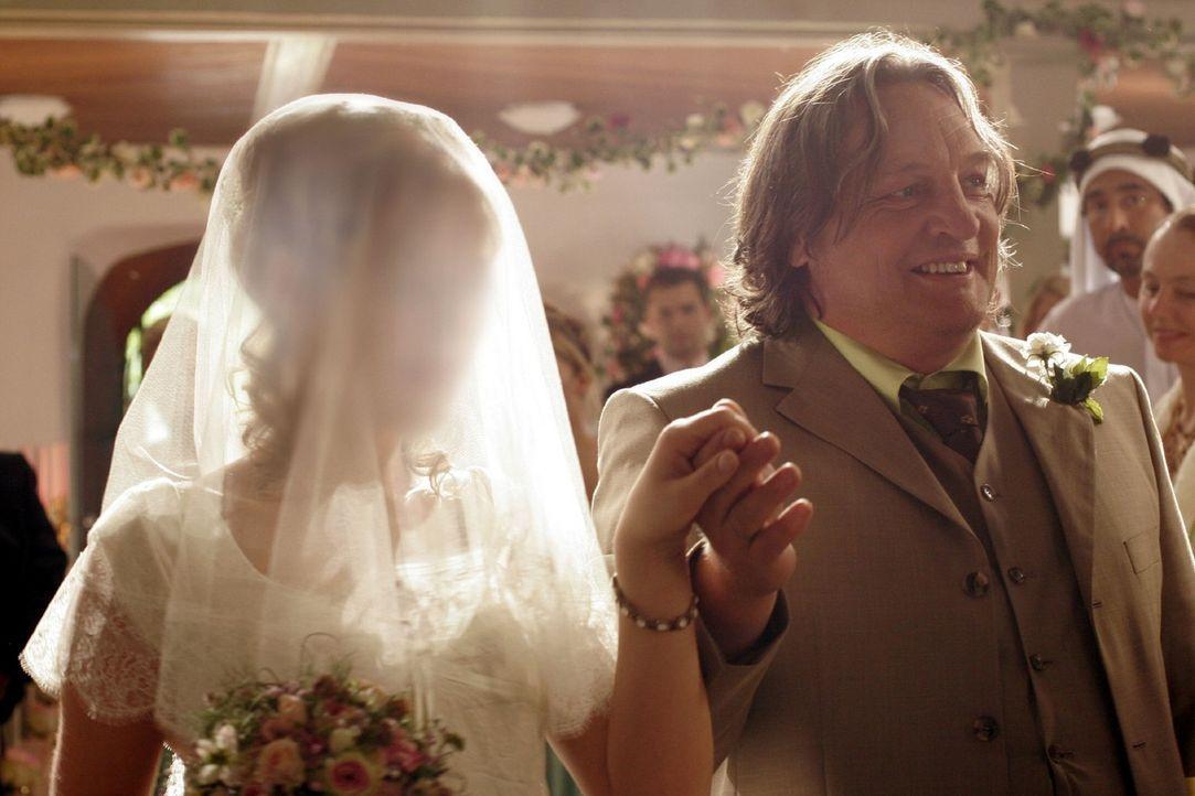 Stolz führt Bernd (Volker Herold, r.) Lisa (Alexandra Neldel, l.) zum Altar - alle sind gespannt auf das Aussehen der Braut ... (Dieses Foto von Al... - Bildquelle: Noreen Flynn Sat.1