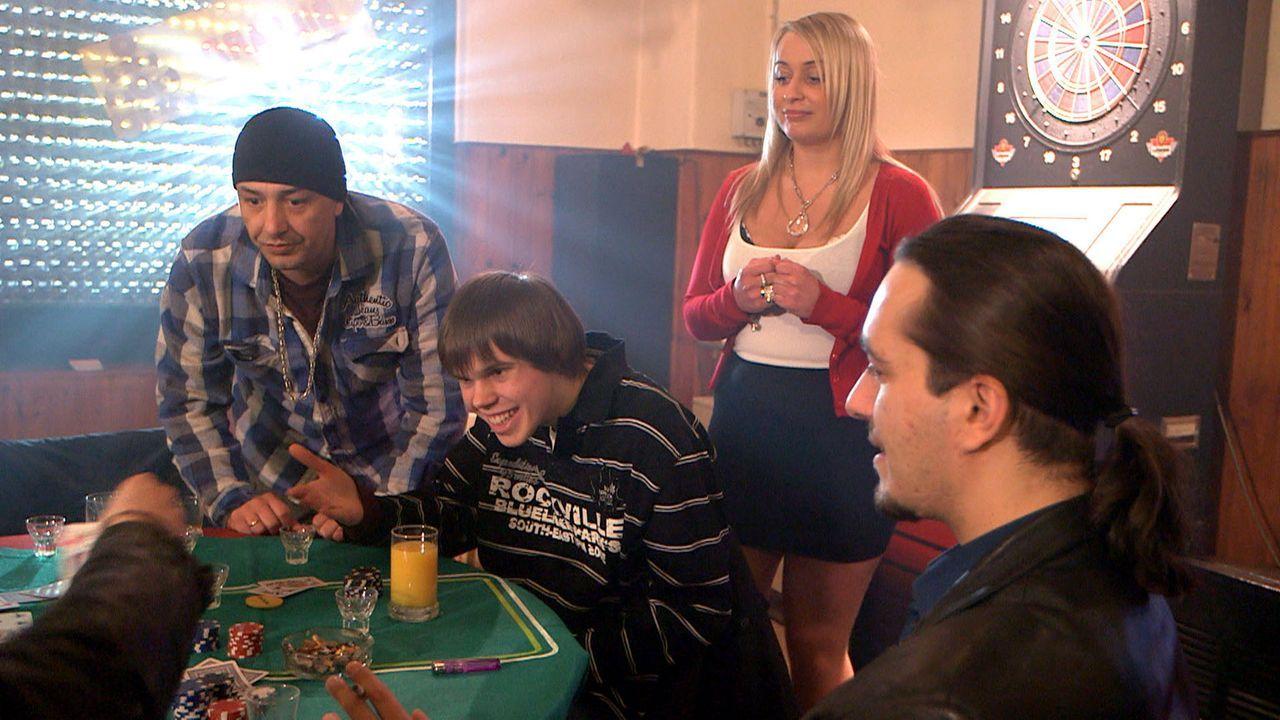 Holger (l.) glaubt, durch Ronnys (2.v.l.) Pokertalent eine Goldgrube entdeckt zu haben. Doch er hat sich noch nie mit russischen Geschäftspartnern... - Bildquelle: SAT.1