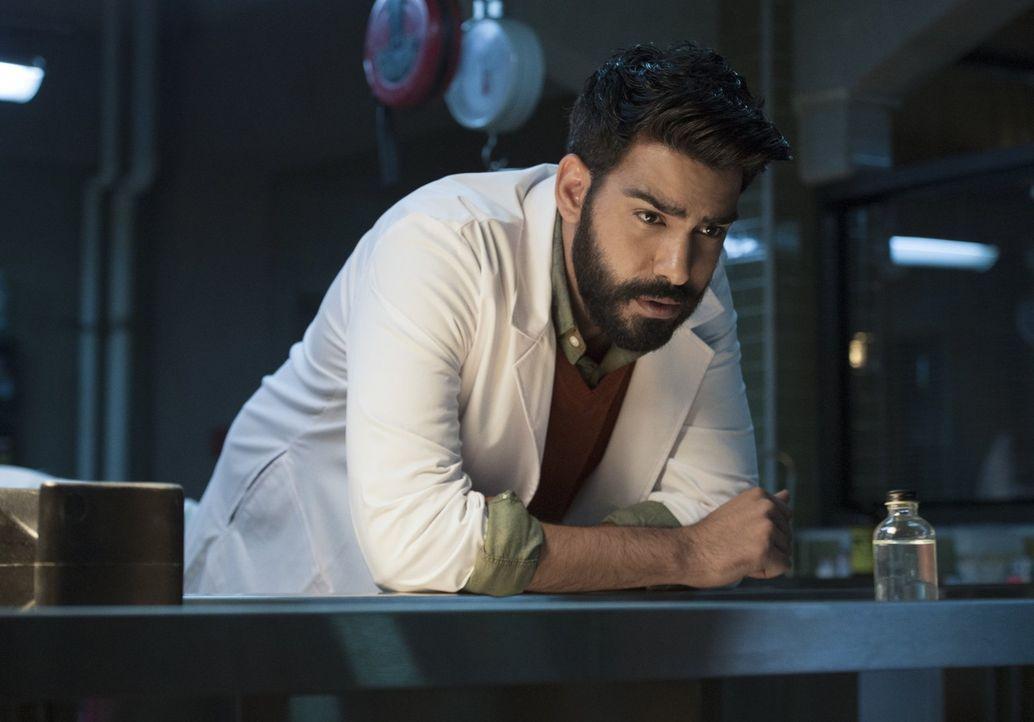 Ravi (Rahul Kohli) bekommt endlich den wichtigsten Bestandteil, um dem Heilmittel wieder ein Schritt näher kommen zu können ... - Bildquelle: 2014 Warner Brothers