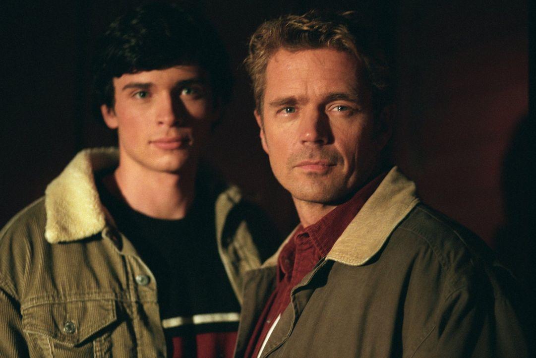 Wird es Clark (Tom Welling, l.) schaffen, den Schüler aus einem Krateersee zu befreien, ohne sich und damit das große Geheimnis seiner Eltern (John... - Bildquelle: Warner Bros.