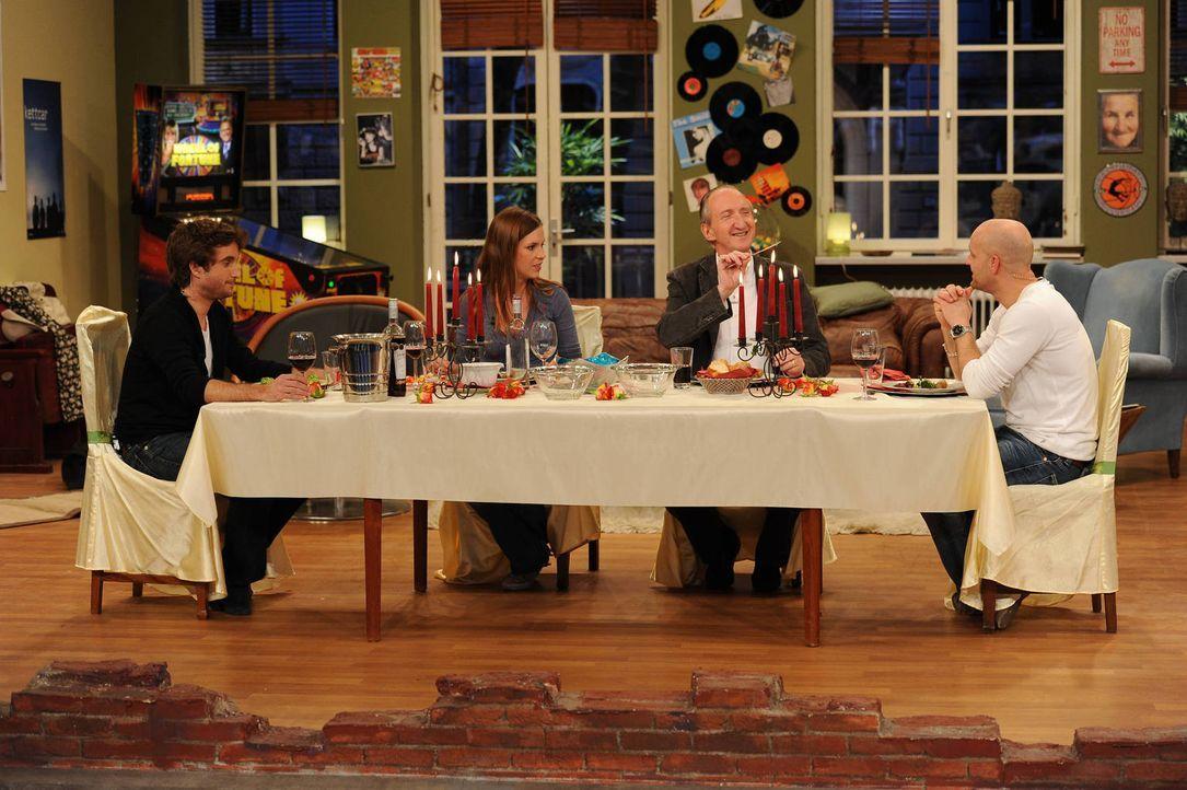 Das geplante Dinner verläuft noch wie geplant: Jürgen (r.), Birthe (2.v.l.), Wachmeister Wnuk (l.) und Wachmeister Krüger (r.) ... - Bildquelle: Willi Weber SAT.1