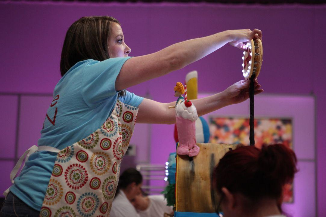 """Jaime Williams arbeitet an den letzten Schlifen ihrer """"Archie Comic""""-Torte. Kann sie in der finalen Aufgabe das Preisgeld von $ 10000 gewinnen? - Bildquelle: 2016,Television Food Network, G.P. All Rights Reserved"""