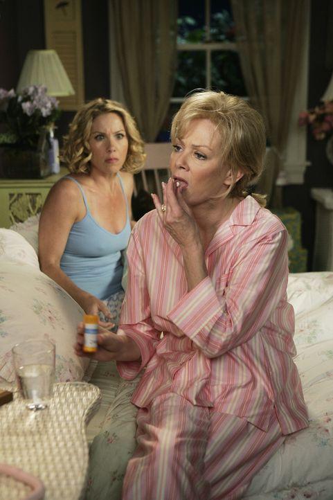 Samantha (Christina Applegate, l.) und ihre Mutter Regina (Jean Smart, r.) machen sich Sorgen wegen des Anrufs von Dr. Adams ... - Bildquelle: American Broadcasting Companies, Inc. All rights reserved.