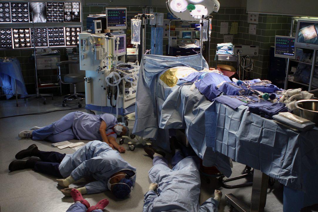 Durch eine Patientin die eine toxischen Virus mit ins Krankenhaus gebracht hat, werden einige Ärzte außer Gefecht gesetzt ... - Bildquelle: Touchstone Television