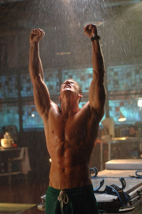 Wird es der mysteriöse Schwimmer Arthur (Alan Ritchson) schaffen, die Waffe von Lex zu zerstören? - Bildquelle: Warner Bros.