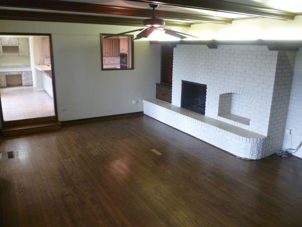 Dieser triste, dunkle Raum wirkt alles andere als einladend, aber Chip und Joanna Gaines wissen, wie aus diesem kleinen Zimmer ein Platzwunder mache... - Bildquelle: 2014, HGTV/ Scripps Networks, LLC.  All Rights Reserved.