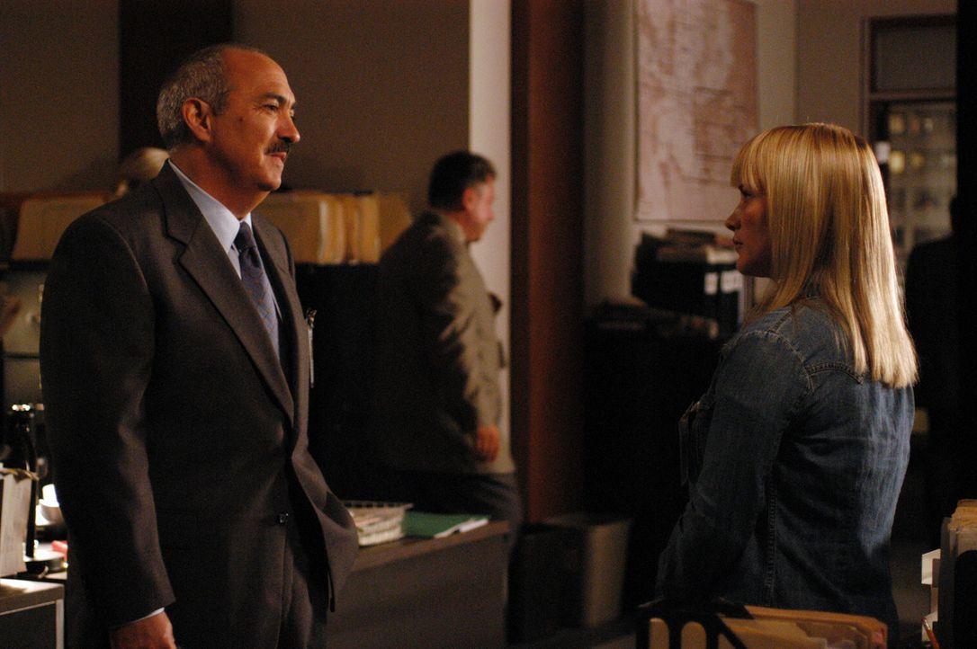Allison (Patricia Arquette, r.) erzählt Devalos (Miguel Sandoval, l.) von ihrer Vision bezüglich Jared Swanson und bittet ihn, dessen kriminelle V... - Bildquelle: Paramount Network Television