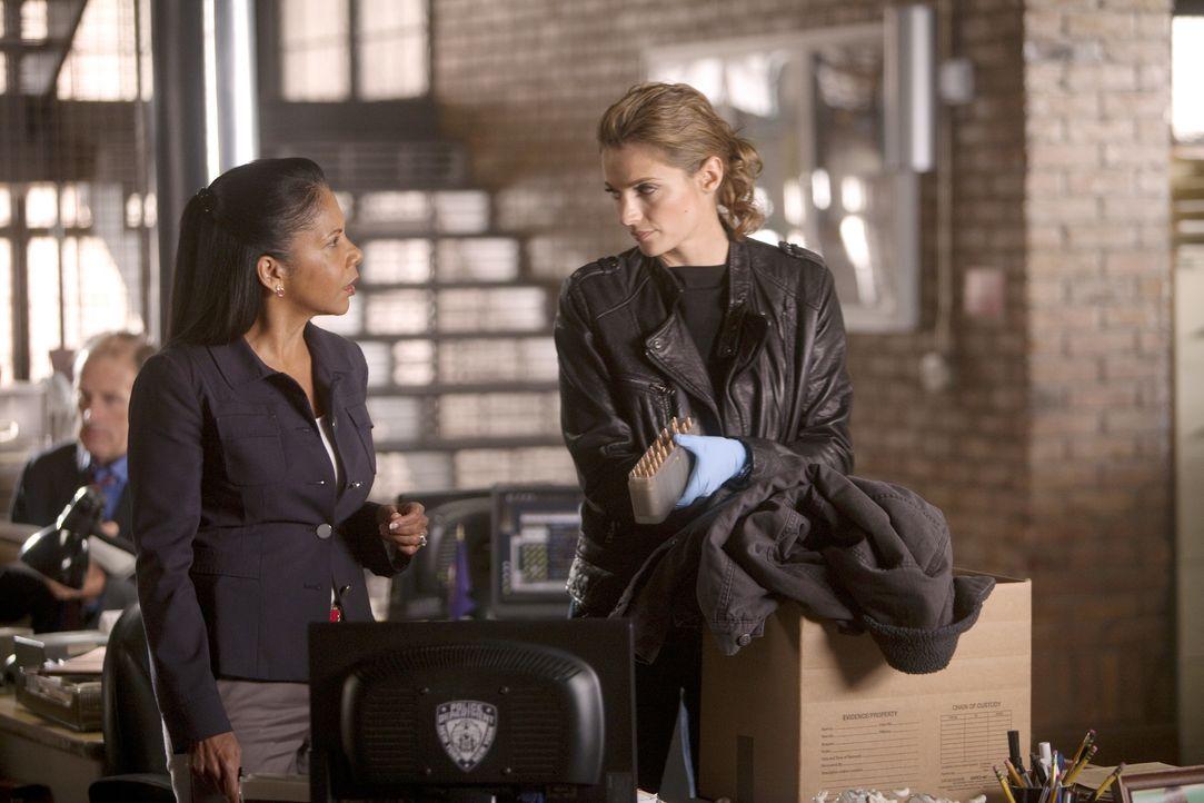Captain Victoria Gates (Penny Johnson, l.) legt Kate Beckett (Stana Katic, r.) nahe, sich eine Auszeit zu gönnen ... - Bildquelle: 2011 American Broadcasting Companies, Inc. All rights reserved.