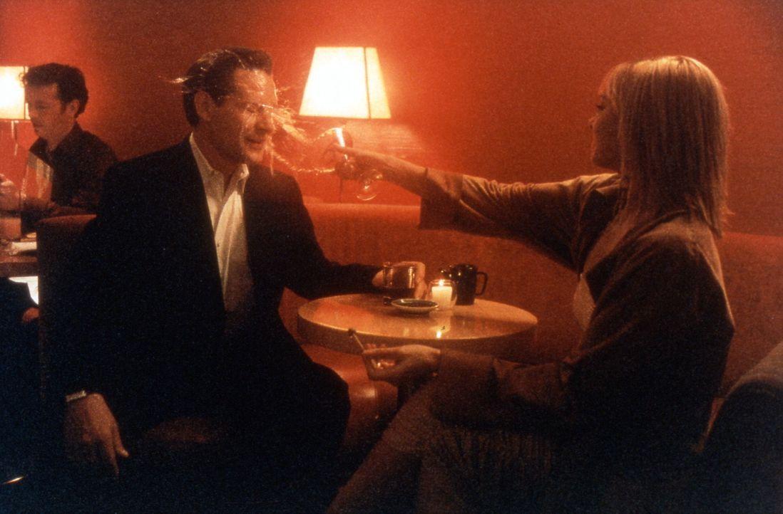 Samantha (Kim Cattrall, r.) platzt der Kragen: Richard (James Remar, l.) hatte Sex mit einer anderen Frau. - Bildquelle: Paramount Pictures