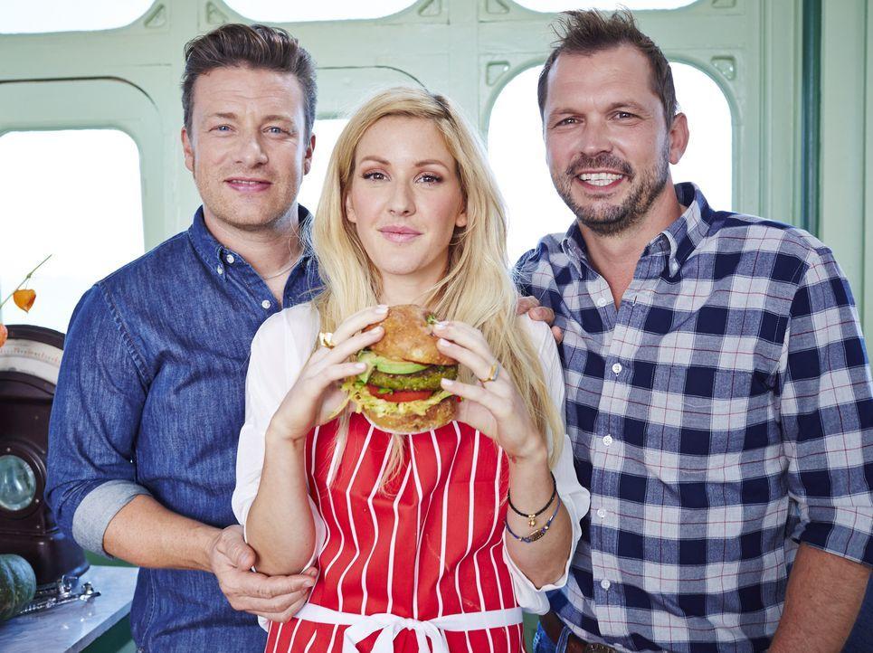 Während sich Ellie Goulding (M.) der Burger Herstellung widmet, baut sich Jimmy (r.) einen eigenen Drehspieß und Jamie (l.) kocht mit Ramen-Nudeln ....