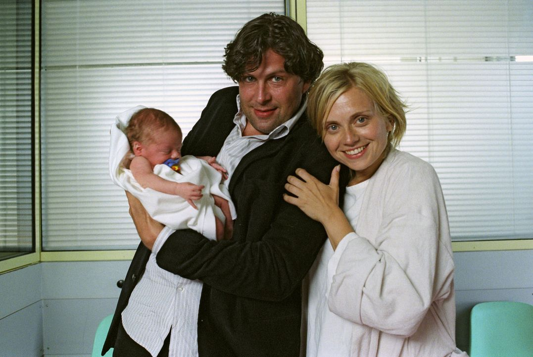 Frischgebackene Eltern: Sylvie (Nina Weniger, l.), Max (Hans-Jochen Wagner, r.) und Baby Sam. - Bildquelle: Sat.1