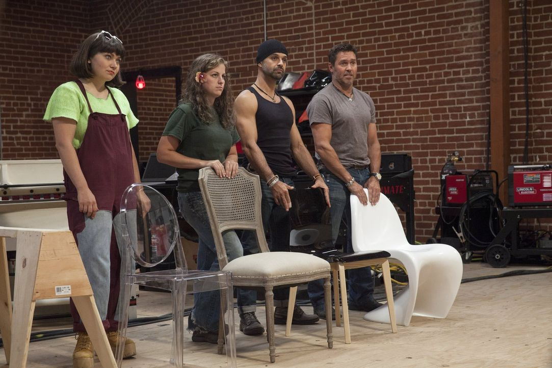 Dürfen sich einen Stuhl aussuchen, für den sie dann einen Tisch entwerfen und bauen müssen: (v.l.n.r.) Katie, Carley, Gaspar und Tim ... - Bildquelle: 2015 Warner Bros.