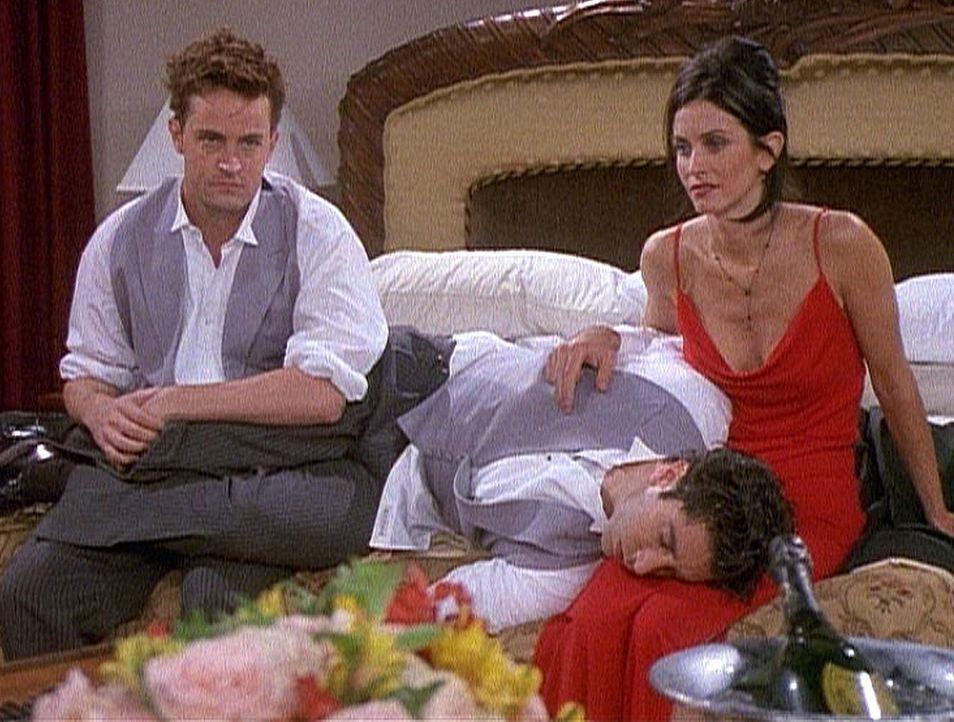 Chandler (Matthew Perry, l.) und Monica (Courteney Cox, r.) wären so gerne allein, aber Ross (David Schwimmer, M.) lässt sich einfach nicht wecken. - Bildquelle: TM+  2000 WARNER BROS.