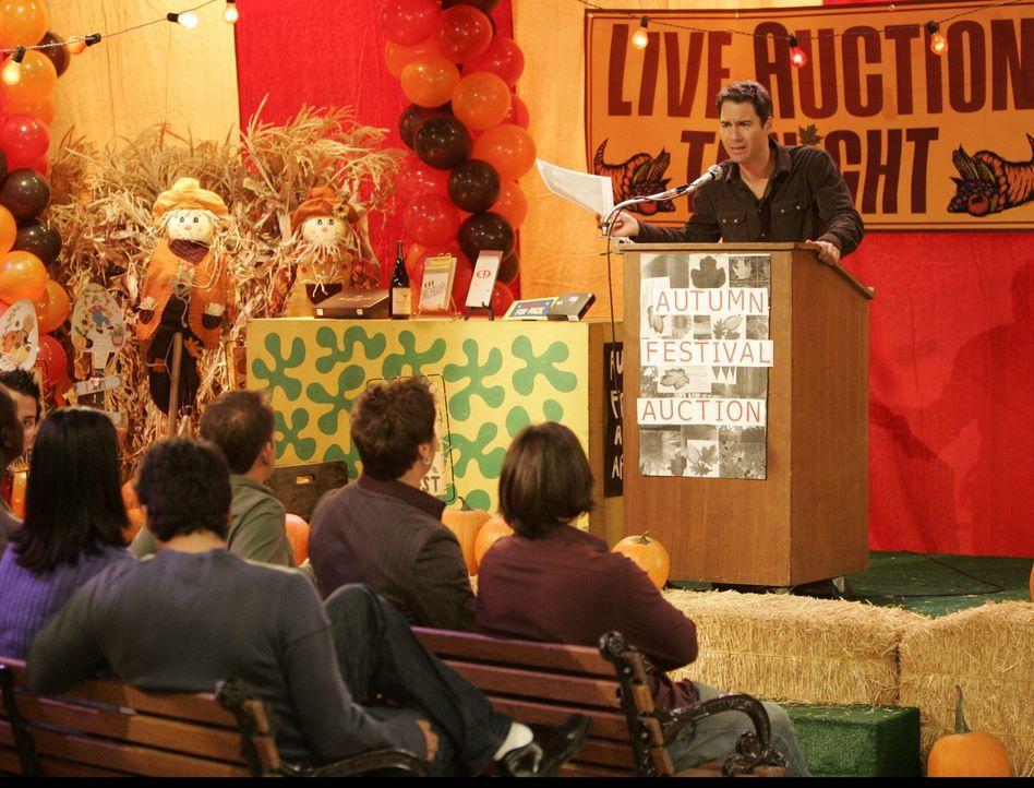 Will (Eric McCormack, r.) organisiert für das Herbstfest seiner Wohltätigkeitsorganisation eine Auktion bei der Jack unter den Hammer kommt ... - Bildquelle: NBC Productions