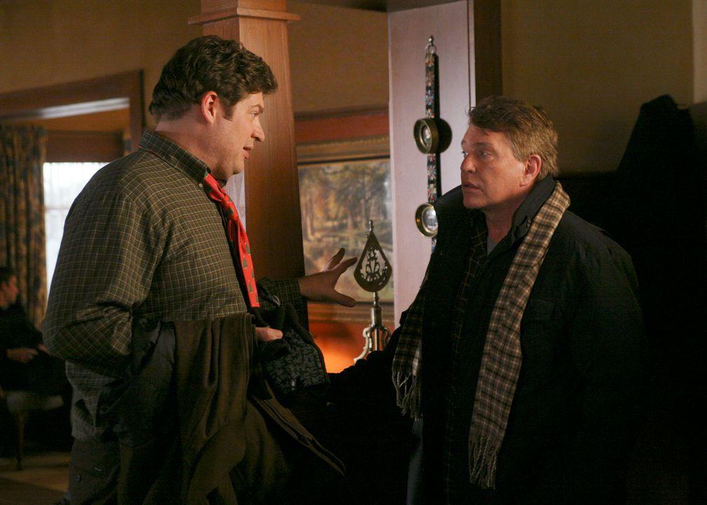 Owen (Brad William Henke, l.) versteht Bobs (Tom Berenger, r.) schlechte Laune nicht: Es ist doch Weihnachten! - Bildquelle: ABC Studios