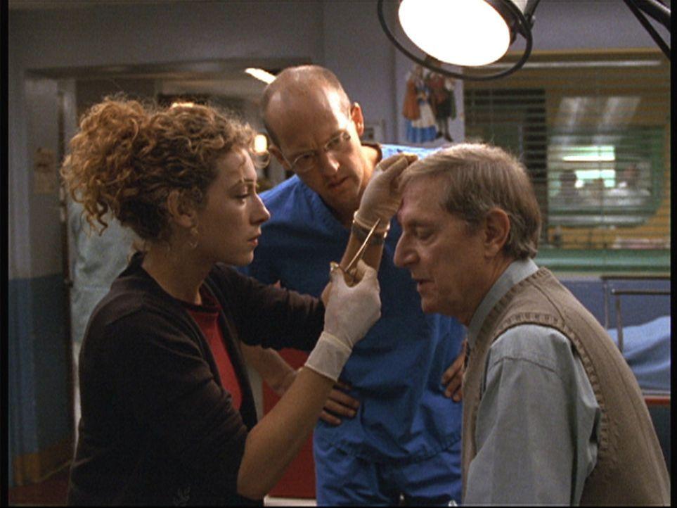 Greenes (Anthony Edwards, M.) Vater David (John Cullum, r.) lässt sich von Corday (Alex Kingston) verarzten. - Bildquelle: TM+  2000 WARNER BROS.