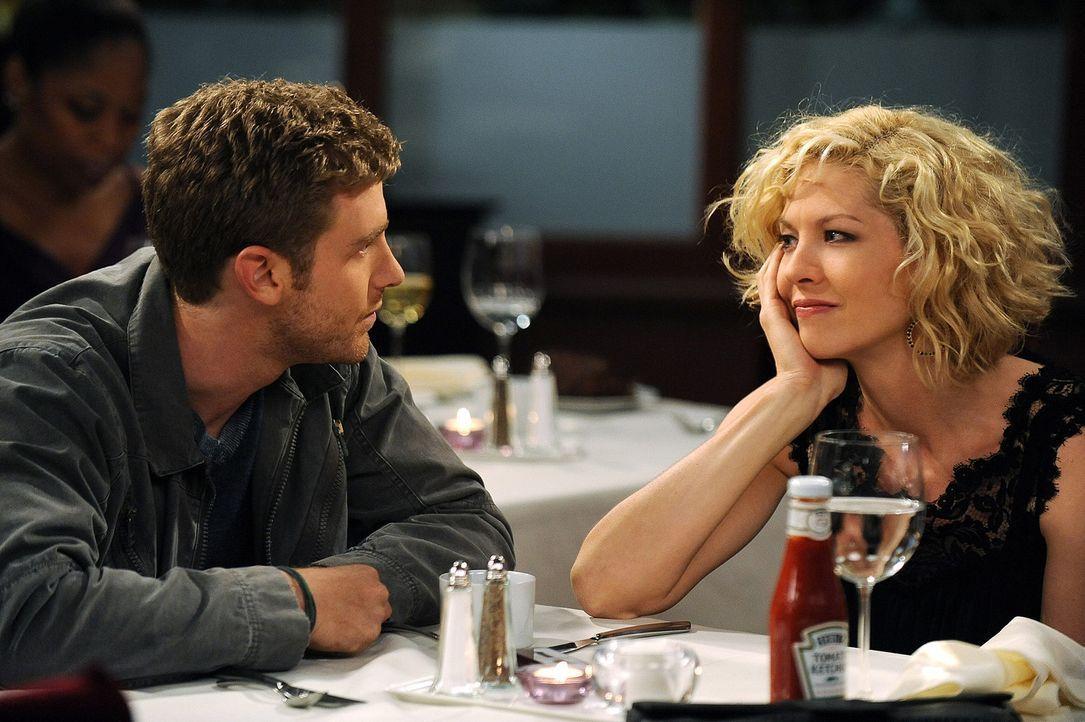 Billie (Jenna Elfman, r.) ist völlig verzweifelt, weil ihr die Männer reihenweise davonlaufen. Zack (Jon Foster, l.) schafft es jedoch, sie wieder... - Bildquelle: 2009 CBS Broadcasting Inc. All Rights Reserved