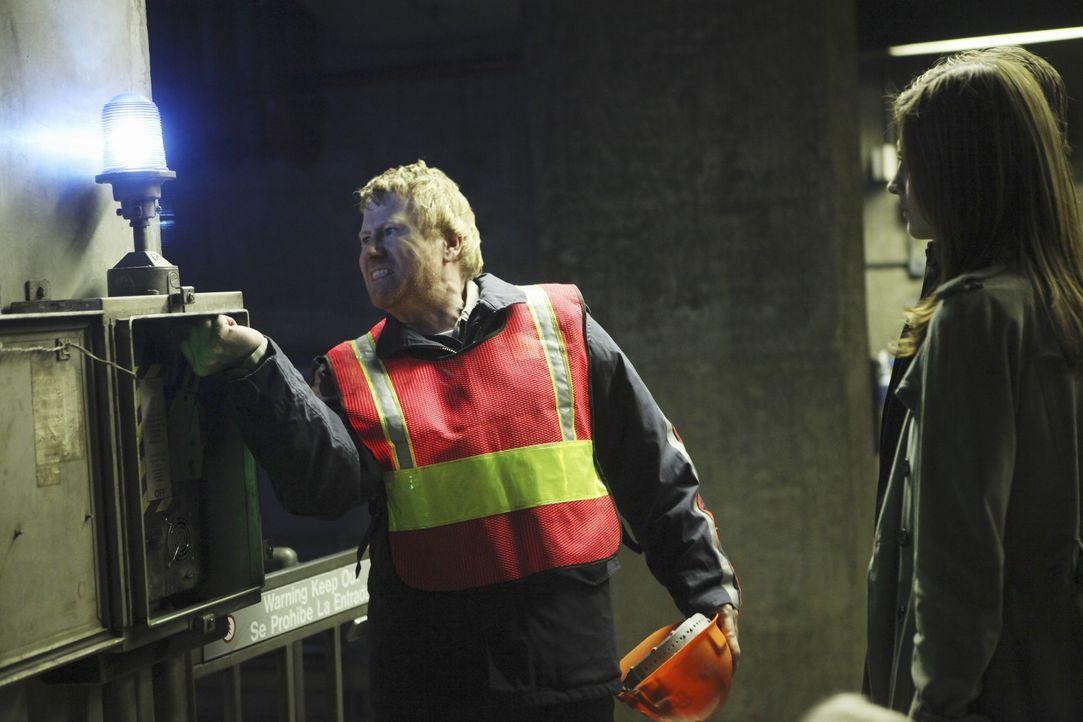 Kate Beckett (Stana Katic, r.) befragt Arthur Sansone (Christopher May, l.) zum Mord an seinem Kollegen Len Levitt. - Bildquelle: 2010 American Broadcasting Companies, Inc. All rights reserved.